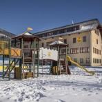 hotelansicht-jufa-hotel-lungau-kletterburg-blauer-himmel-winter-940x705